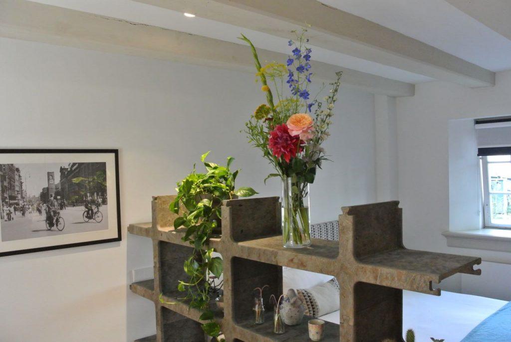 Klein boeket met bloemen voor hotelkamer.