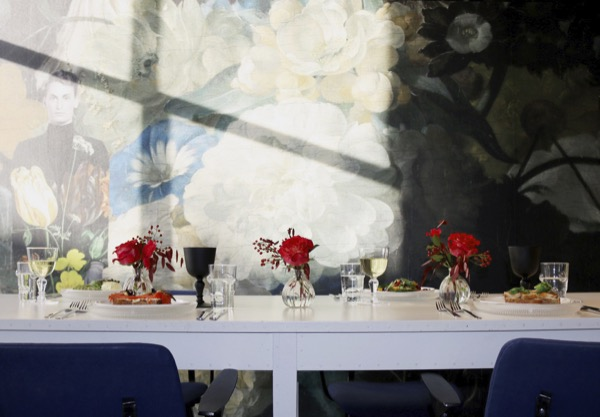 Bloemen op tafel in een restaurant
