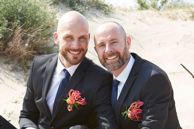 Twee bruidegommen met corsages