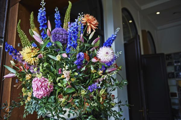 Bloemen bij de entree van een restaurant zijn extra uitnodigend.