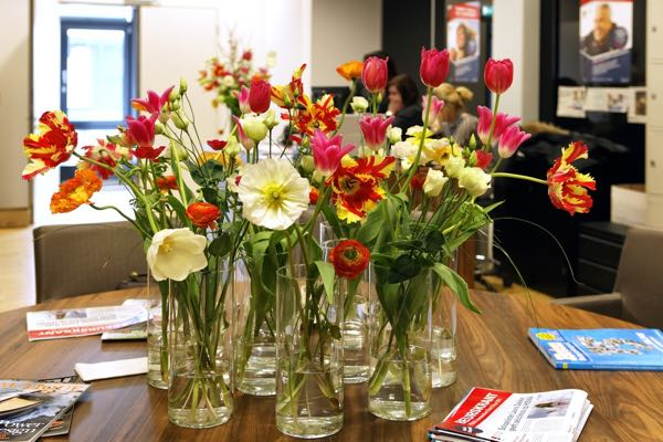 Bloemen op een leestafel
