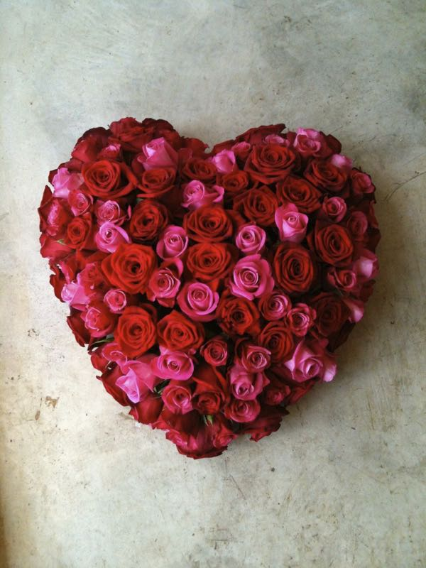Een rouwstuk in de vorm van een hart.